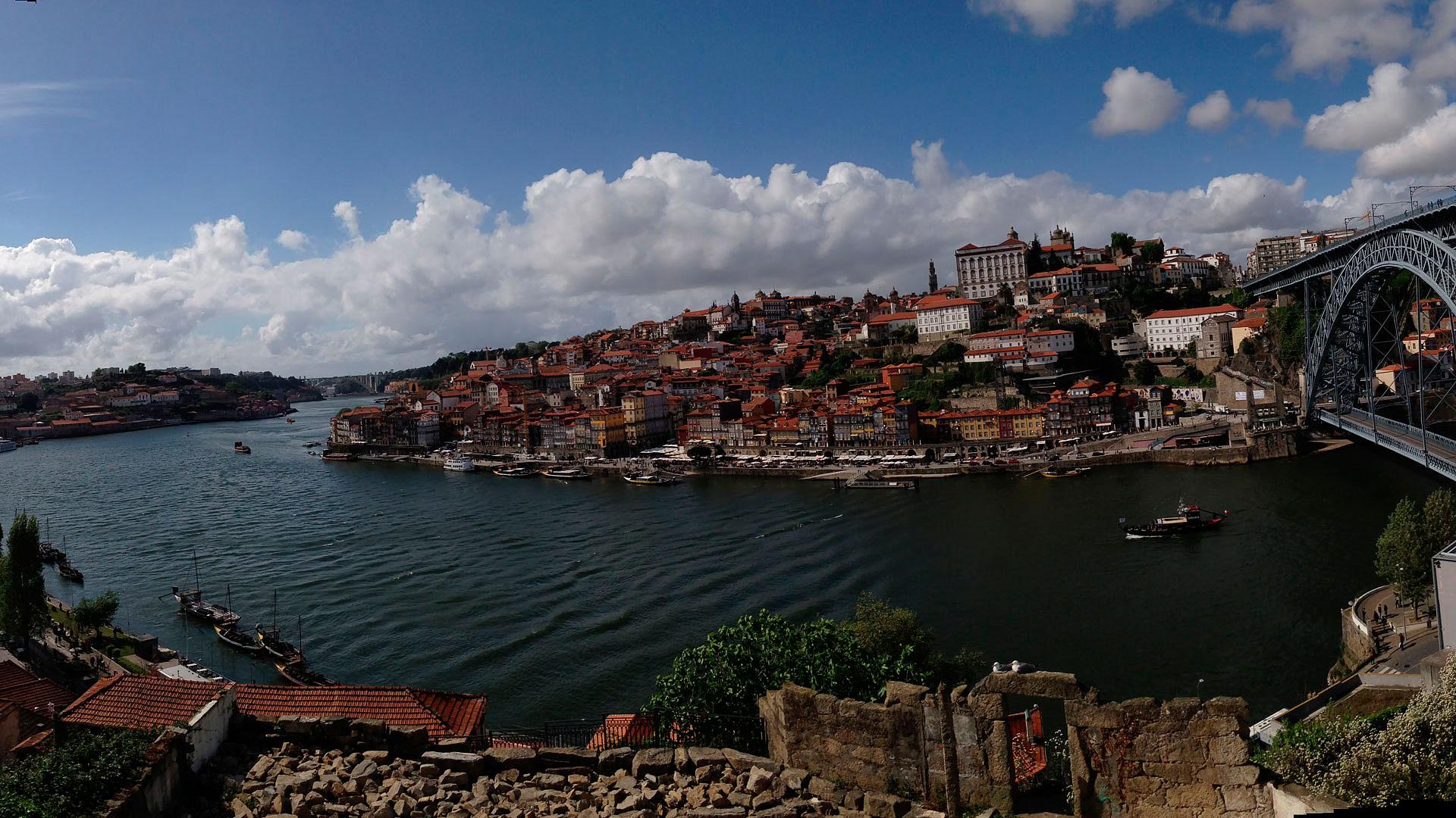 A unique landscape over both riverbands Porto & Gaia